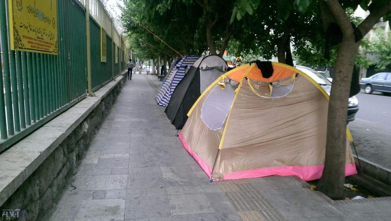 اقامت گردشگران در کنار خیابان!