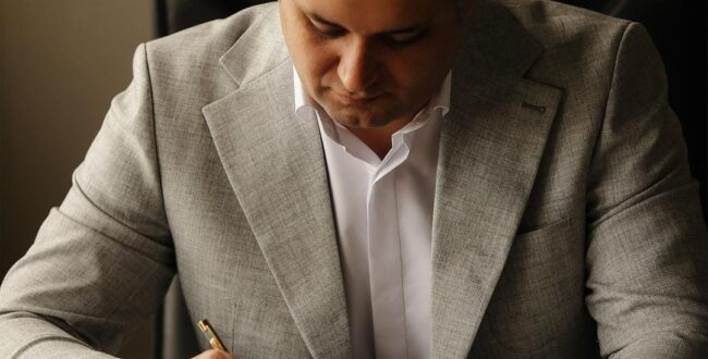 سجاد علیپور با رعایت کامل پروتکلهای بهداشتی به صورت اینترنتی در انتخابات شورای شهر رشت ثبت نام کرد