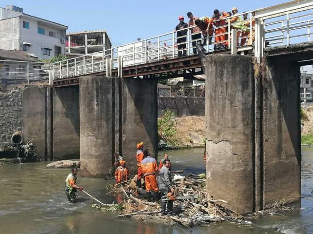 پاکسازی حاشیه رودخانه زرجوب محدوده سد کشاورزی با تاکید شهردار رشت