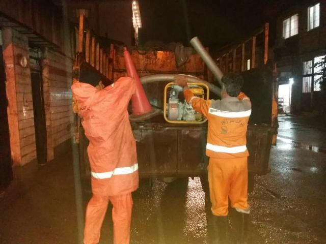 به دنبال بارش های شدید از شب گذشته؛ پاکبانان شهرداری رشت به کمک مردم شتافتند